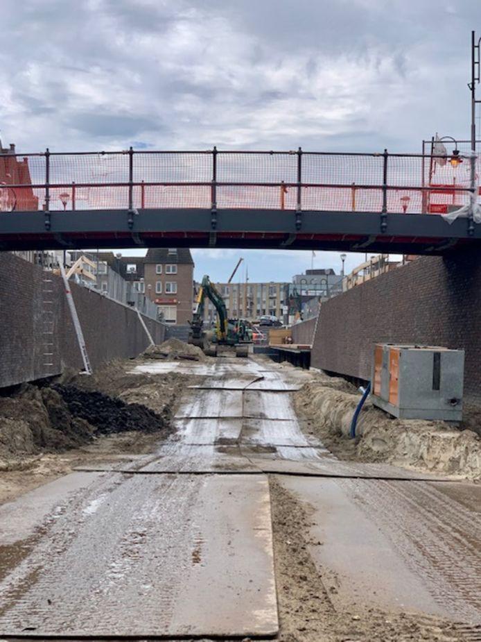 De bouw van de haven van Zevenbergen begint echt op te schieten. Er zit al (regen)water in.
