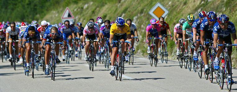 Lance Armstrong (geel) tijdens de tour van 2002 Beeld anp