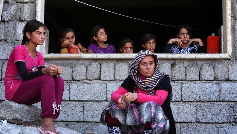 Gevluchte Yezidi-vrouwen zitten bij een school in het stadje Dohuk, nadat ze het geweld bij Sinjar zijn ontvlucht. ISIS verdreef daar dit weekend de Koerdische Peshmerga-strijders, die de Yezidi beschermden. Beeld afp
