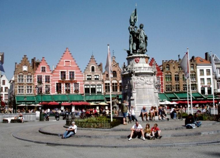 De Grote Markt, met de 14de-eeuwse Brugse verzetstrijders Jan Breidel en Pieter de Coninck. ( FOTO AUTEUR) Beeld