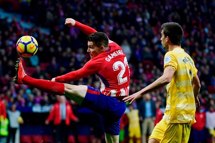 Kevin Gameiro (L) probeert de bal te controleren.