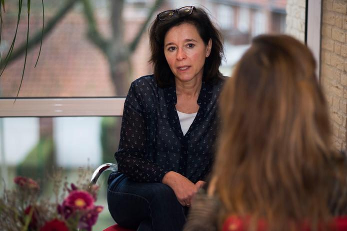 Verpleegkundig specialist Connie Rijlaarsdam, initiatiefnemer van het project 'nu niet zwanger', in gesprek met een cliënt.