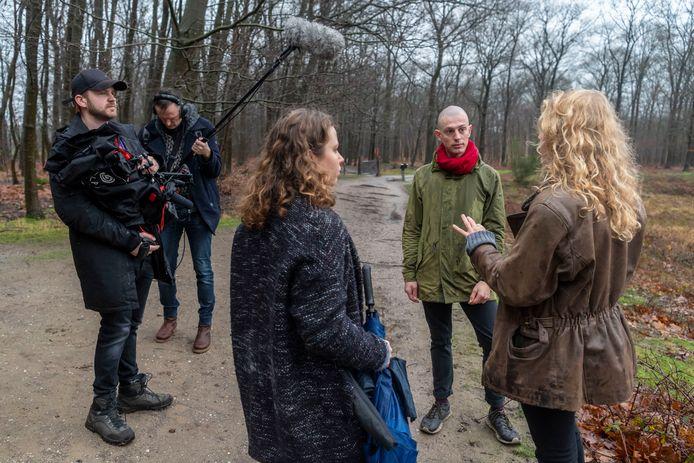 Joris en Nena van Bakel met filmcrew in Boswachterij Dorst.