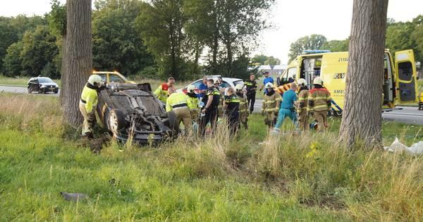 Ernstig ongeluk in Oudheusden: auto op kop tegen boom.