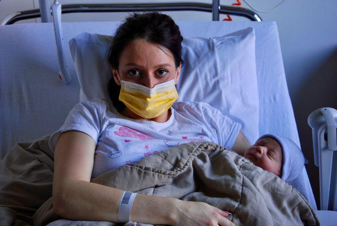 Mama Amina Hadzimusic en haar kersverse zoon Adnan.