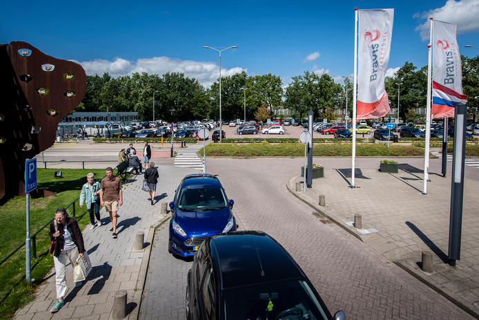 20170803 - Roosendaal - Foto: Tonny Presser/Pix4Profs - drukte op de parkeerplaats bij het Bravis Ziekenhuis tijdens bezoekuur.
