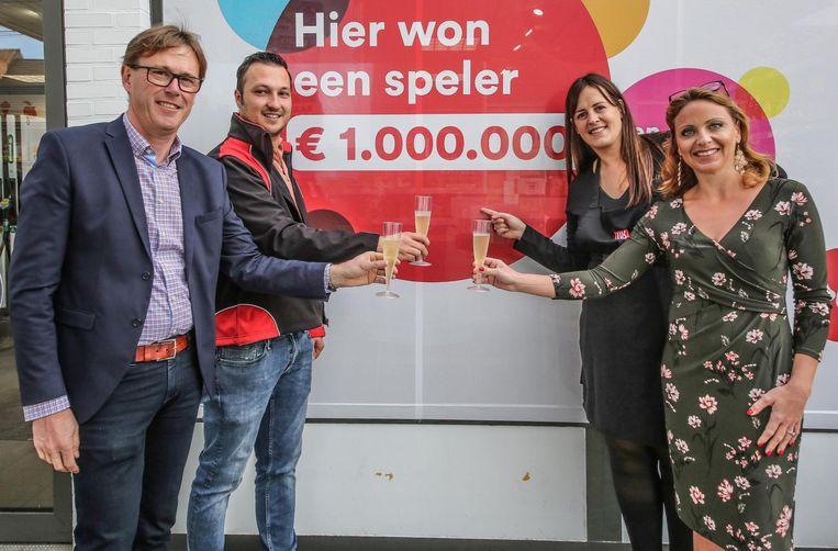 Er wordt geklonken op de (onbekende) Lotto-winnares, die 1 miljoen euro won.
