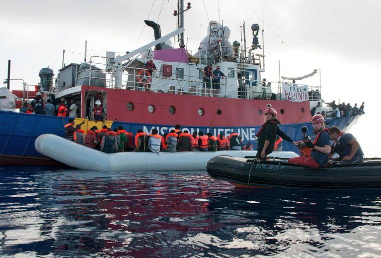 De Duitse hulporganisatie Mission Lifeline pikte vorig jaar ook al eens 230 migranten op, sindsdien ligt het schip aan de ketting. De migranten die vandaag werden gered, werden naar een ander schip gebracht, de Eleonore.