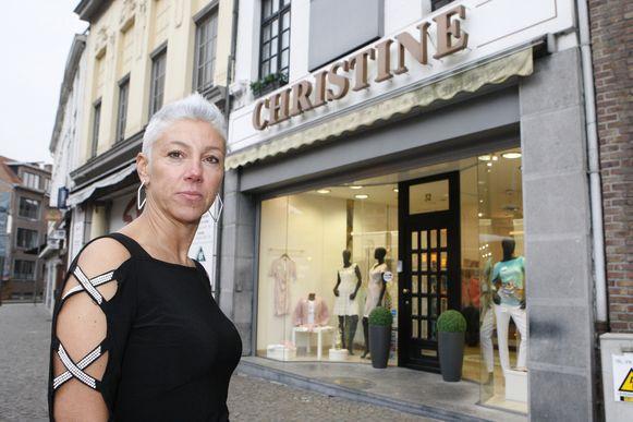 Anja Overseyns aan haar winkel Mode Christine.