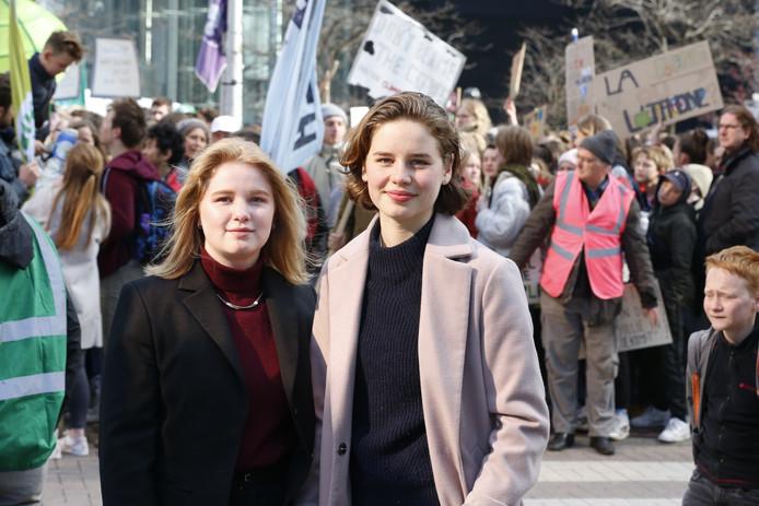 Kyra Gantois et Anuna De Wever lors d'une manifestation des jeunes pour le climat à Bruxelles, le 4 avril 2019.