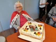 Kroon en taart voor 100-jarige Dien Westerink-Kuipers  uit Delden