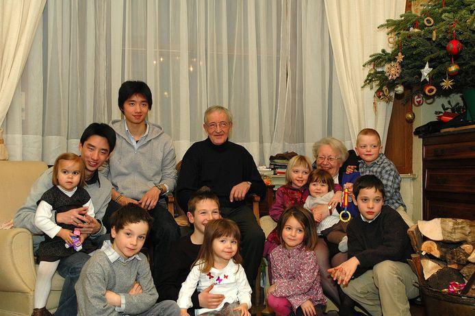 Sur cette photo de famille, Annie et Joseph Feron entourés de leurs petits-enfants