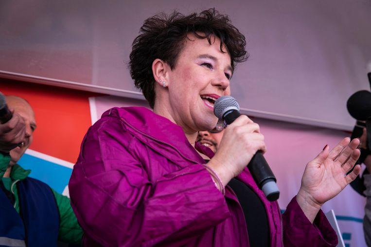 De Amsterdamse wethouder (Verkeer, Vervoer, Water en Luchtkwaliteit) Sharon Dijksma spreekt actievoerders toe, april 2019. Beeld ANP