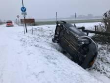 Auto glijdt over kruising de sloot in bij Vught