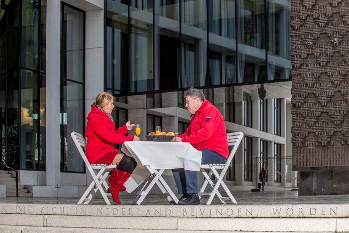 Lisa Westerveld en Derk Jan Eppink bij het provinciehuis in Arnhem.