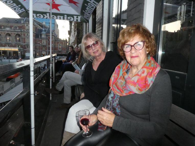 Op één van de mooiste rookhokken van de stad: beeldend kunstenaar Olga Schnitker en muzikant/schilder Manja Jordans: 'Ik rook niet. Maakt dat wat uit?' Beeld Hans van der Beek