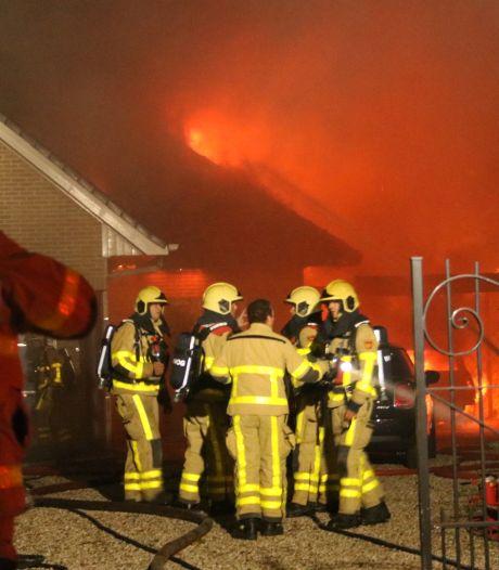 Vlammenzee verwoest villa en auto in Hierden, vermoedelijk brandstichting