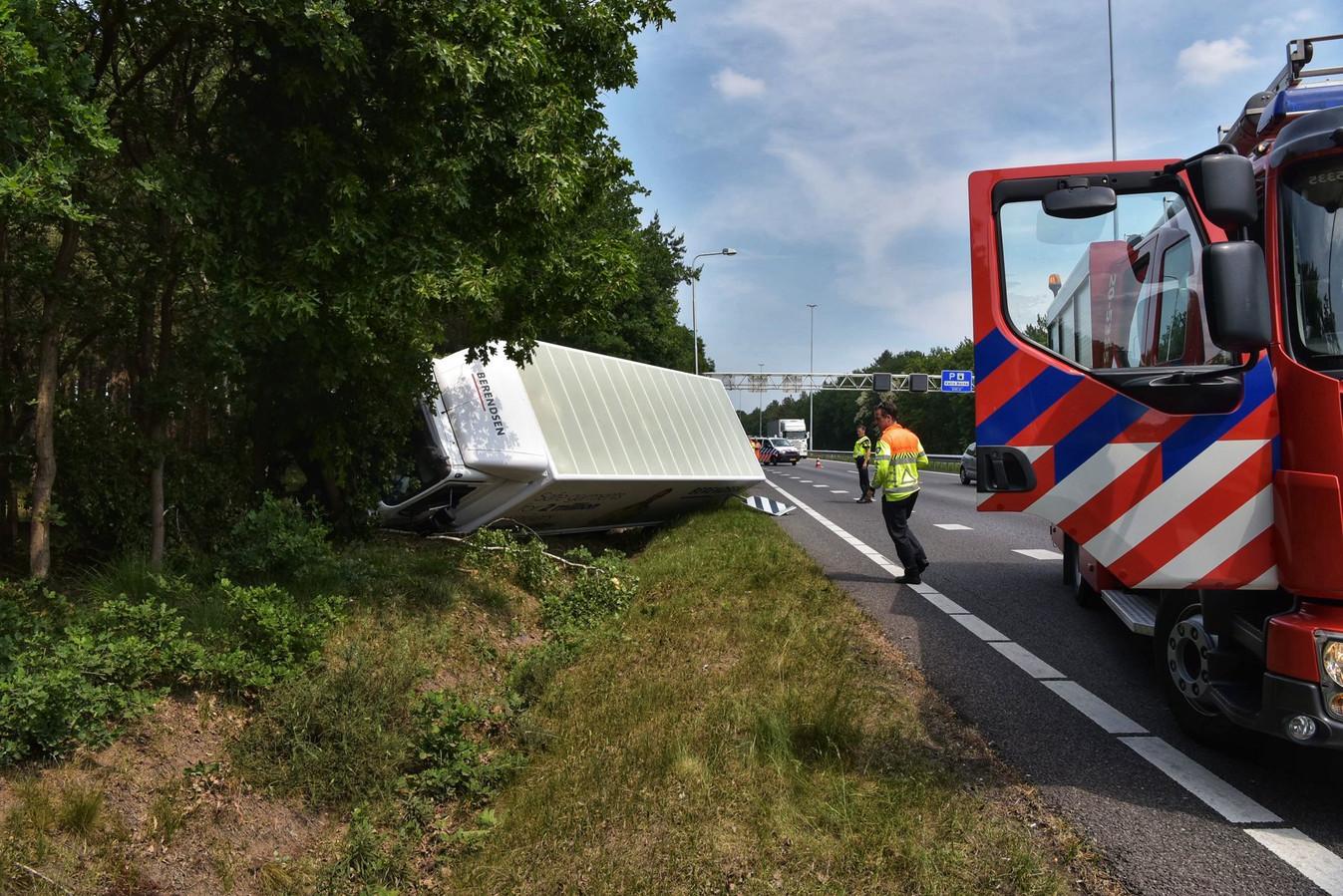 Vrachtwagen botst tegen boom langs A27.