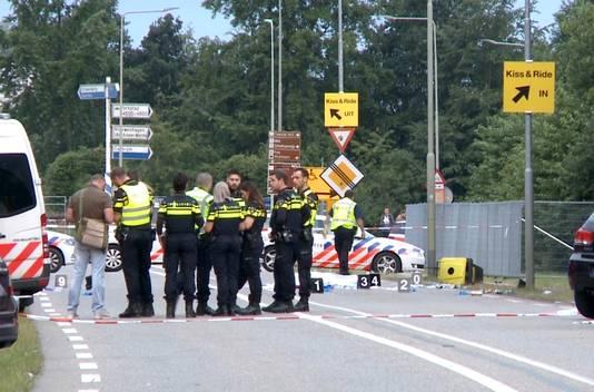 Hulpdiensten op de plek waar een aanrijding is gebeurd tussen een bestelbusje en een groep voetgangers in Landgraaf. Daarbij is een dode gevallen en zijn drie voetgangers zwaargewond geraakt. Het incident gebeurde op de Mensheggerweg in de buurt van Camping B van het Pinkpopfestival.