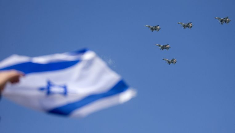 F-16's vliegen boven Tel Aviv op Israëlische Onafhankelijkheidsdag Beeld afp