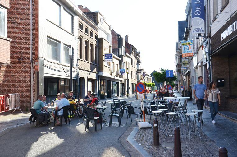 De Geraardsbergsestraat tijdens het weekend als 'terrasstraat'.