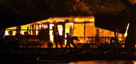Vanwege corona gesloten kinderspeelparadijs in Rotterdam verwoest door vuurzee, 'ik ben in shock'