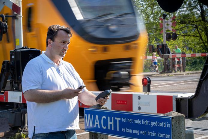 Xavier Waelkens meet het geluid van een trein in de Isabellastraat met een professionele geluidsmeter.