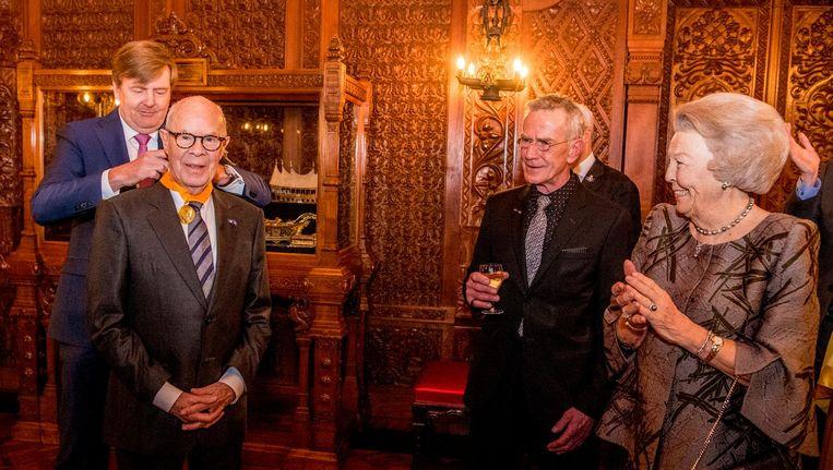 Choreograaf Hans van Manen krijgt een eremedaille van de koning. Beeld anp