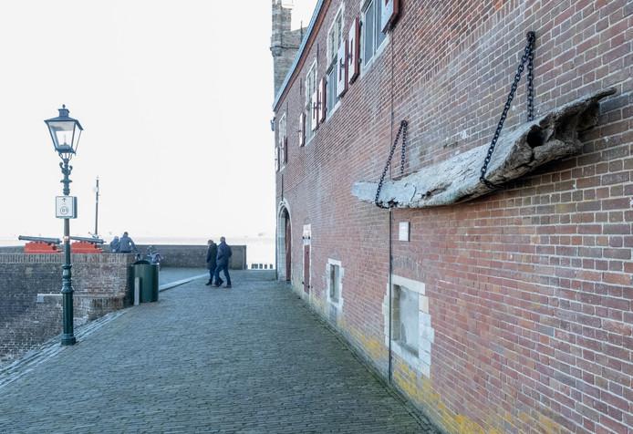Op het eerste gezicht lijkt het een onderdeel van een boot, maar er hangt een onderkaakbeen van een walvis aan de Campveerse Toren.