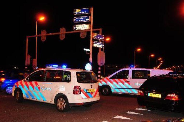 Politiewagens in de nacht van zaterdag op zondag bij het strandfeest in Hoek van Holland. De 19-jarige Robby van der Leeden, die vorig weekend bij ernstige rellen op het strandfeest om het leven kwam, is begraven.ANP Beeld