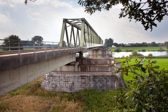 De fietsbrug tussen Cuijk en Mook moet naast de spoorbrug komen.