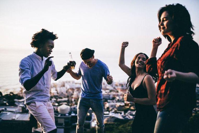 Een groepje dansende mensen.
