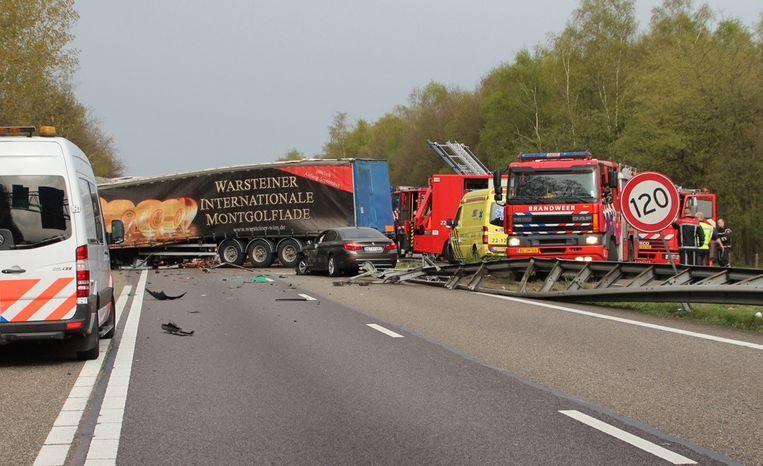 03-04-2014. Op de A67 is vrachtwagen door de middenberm gereden en daar frontaal op een andere vrachtauto gebotst. Beeld anp