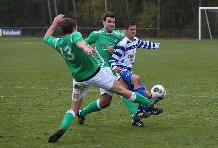 Archieffoto:Twee spelers van Almen proberen de bal te ontfutselen.