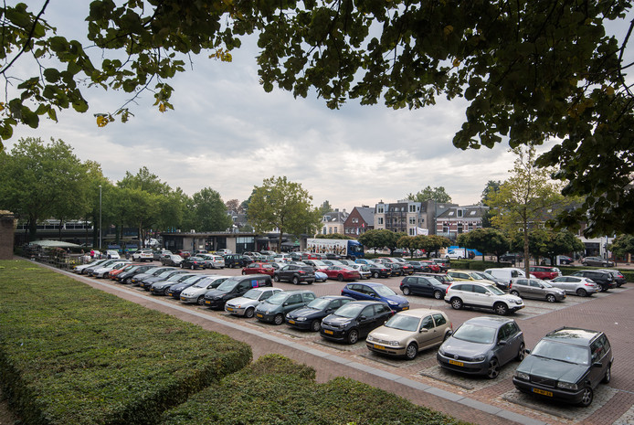 Het Raadhuisplein in Oosterbeek is nu een parkeerplein.