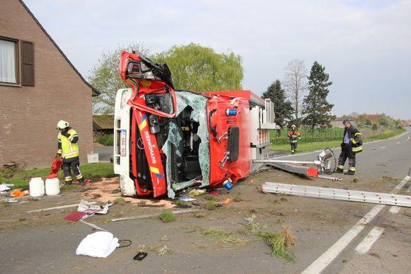 De brandweerwagen botste in april vorig jaar tegen een verlichtingspaal en belandde daarna tegen de gevel van een woning. Twee brandweermannen werden uit het voertuig gekatapulteerd.