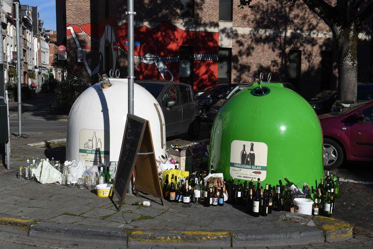 De uitpuilende glasbollen op de Vismarkt in Leuven.
