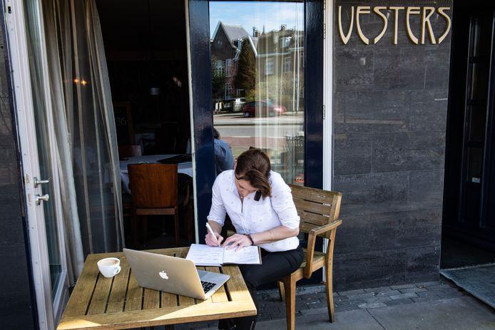 Een medewerker van restaurant Vesters neemt een bestelling voor afhaal- of bezorgdienst op.