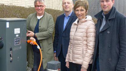 Eerste laadpaal voor elektrische auto's aan gemeentehuis