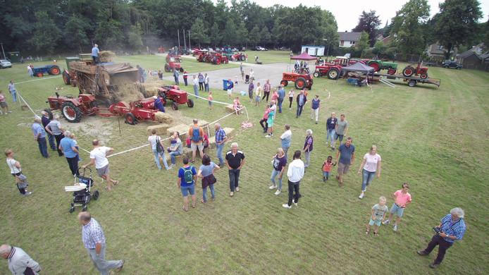 Tijdens het 'Dagje Hellendoorn' zijn op de Hofmansweide weer tientallen oude tractoren en andere landbouwmachines te bewonderen.