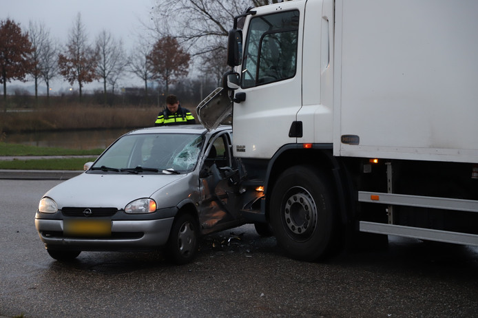 Een automobiliste is donderdagmiddag in Tiel gewond geraakt toen haar wagen werd aangereden door een vrachtwagen.