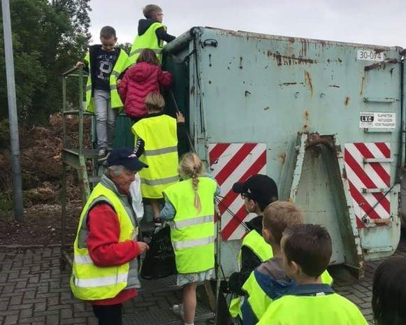 Kinderen De Knipoog brengen een bezoek aan het containerpark.