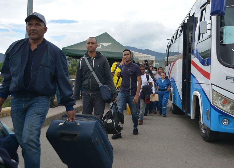 Een deel van de groep van 59 uitgezette Colombianen arriveert in de Colombiaanse grensstad Cúcuta. Beeld EPA