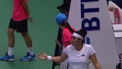 Tennisfans kijken vreemd op wanneer speelster na gewonnen matchpunt vergeet om haar zege te vieren