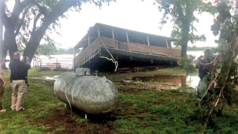 Met oorverdovend gekraak verdween gisteren een woning in een kolkende rivier in Twin Lakes, in de Amerikaanse staat Oklahoma.