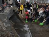 Basisscholieren helpen graven van inlaatkreek