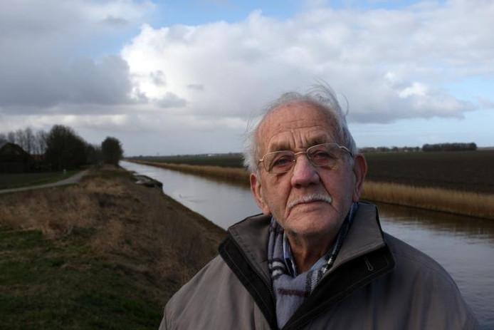 De nu 91-jarige Lucas Huizinga (91) uit Marknesse werkte in de veertiger jaren van de vorige eeuw jaren achtereen in de ontginning van de Noordoostpolder. Dag in dag uit sloten graven en kunstmest strooien. foto Tom van Dijke