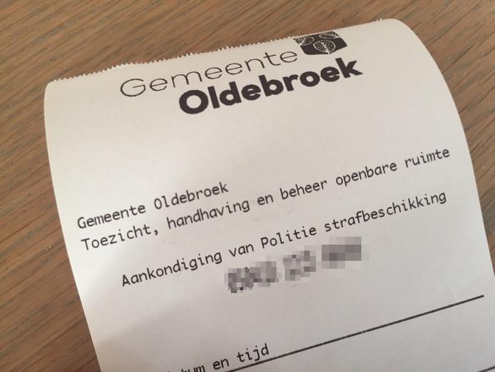 Via Twitter verspreidde de afdeling Handhaving Oldebroek deze foto van de bekeuring die uitgedeeld werd.