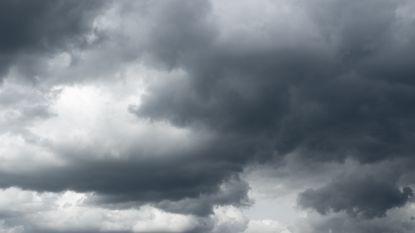 Zwaarbewolkt met mogelijk zware regenbuien en onweer, maar namiddag breng opklaringen