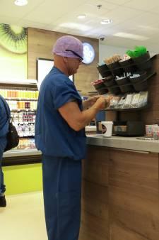Primeur: snelle boodschap halen in supermarkt bij de operatiekamer
